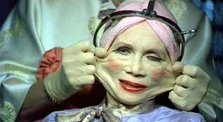 záběr zkafkovsko-orwellovského dystopického filmu Terryho Gilliama Brazil