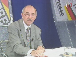 Zdeněk Velíšek sako nakonec sehnal, svou roli novináře ale nezvládl